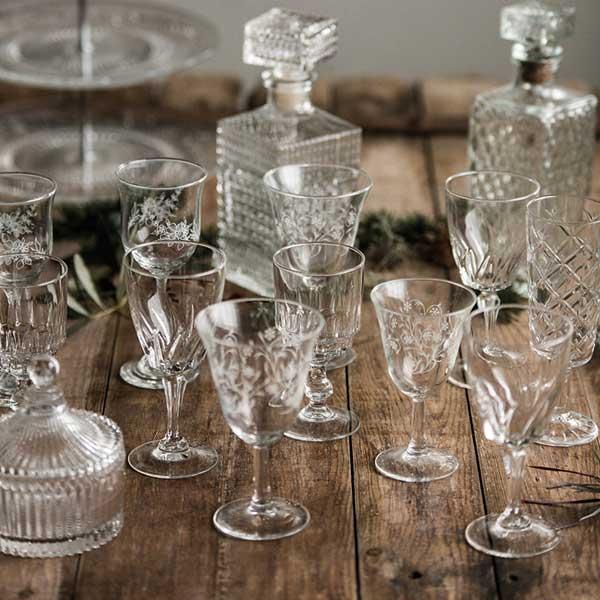 Verre pieds vintage - Place du verre a eau sur une table ...