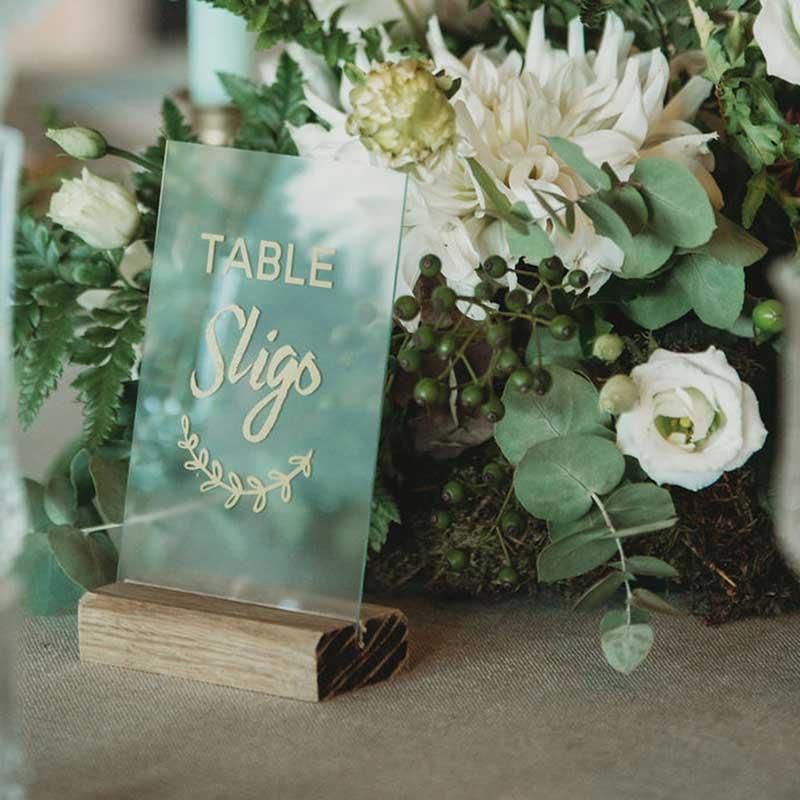 nom de table plexi et socle en bois