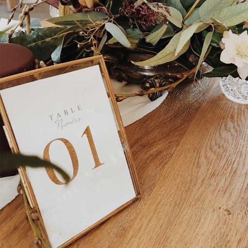 cadre en laiton doré pour marquer vos tables de mariage