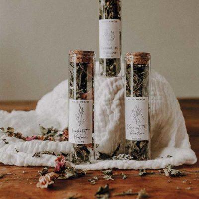 L'infusion Bio du Gers, un tube à essai en verre et son capuchon en liège & une étiquette personnalisable. Simple, beau et élégant, ce joli cadeau d'invité sera à coup sûr le petit détail de votre décoration de table!